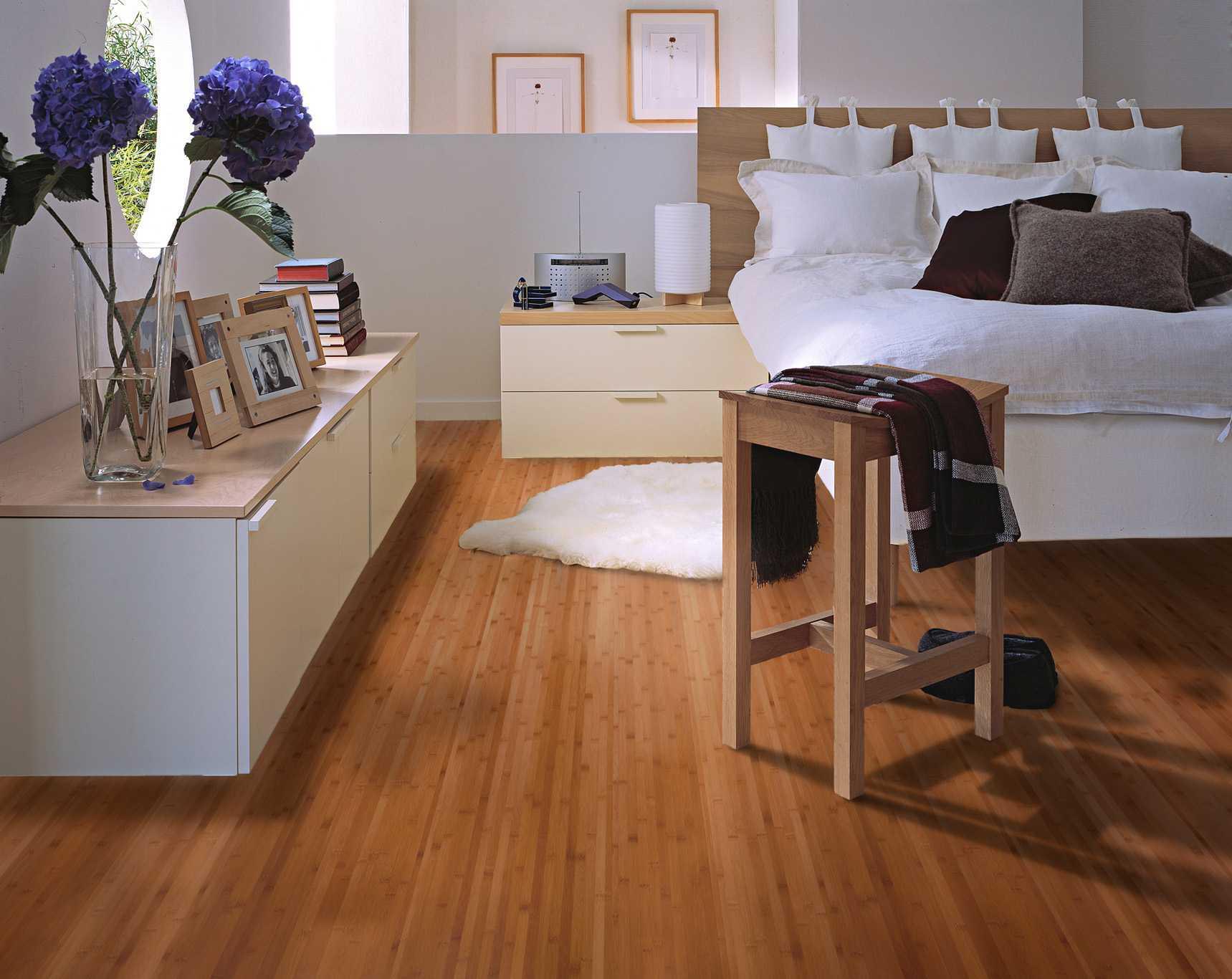 如果不得已选在夏季施工,一定要避免地板被阳光暴晒,保证室温低于30 ;冬季施工室温不宜低于16 。成都作为南方城市,铺设地板的条件比北方城市要好,主要采取通风、除湿等方法即可。   铺装的具体方法是:调整地板朝向,由房门开始向房内延伸,地板的最大跨度为6米 8米,超过此限必须留一个收缩缝且使用扣条;墙根、门口压条接口处预留的伸缩缝要大于8毫米;拼接处要求连续、均匀,残胶要及时清理;踢脚线必须达到12毫米厚,否则难以掩盖收缩缝;铝合金压条的厚度应该保证在2毫米以上,过薄容易翘起变形。此外,入住后,地板最好