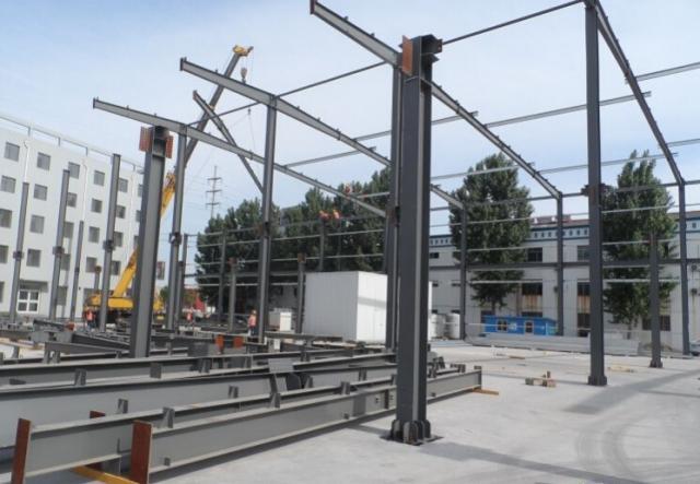 这是一组钢结构厂房的现场图片,施工现场非常干净,而且速度非常快.