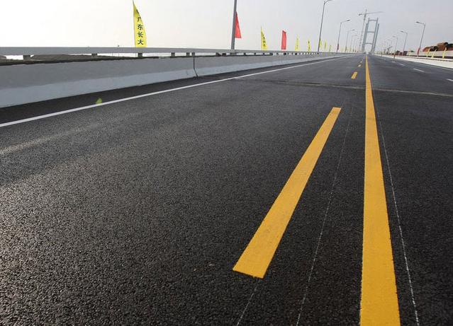 公路在使用过程中,路面由于行驶车辆的碾压、冲击、磨耗以及天气变化等影响,往往产生缺陷和损坏,这些缺陷和损坏统称为路面破损。路面破损对车辆的行驶速度、载重能力、燃料消耗、机械磨损、行车舒适,以及对交通安全、环境保护等都会造成有害影响。为防治路面破损,使路面保持良好的技术状况而采取的技术措施,通常称为公路路面养护。公路路面养护包括粒料路面养护、沥青(渣油)路面养护和水泥混凝土路面养护。 -------------------------------------------------------------