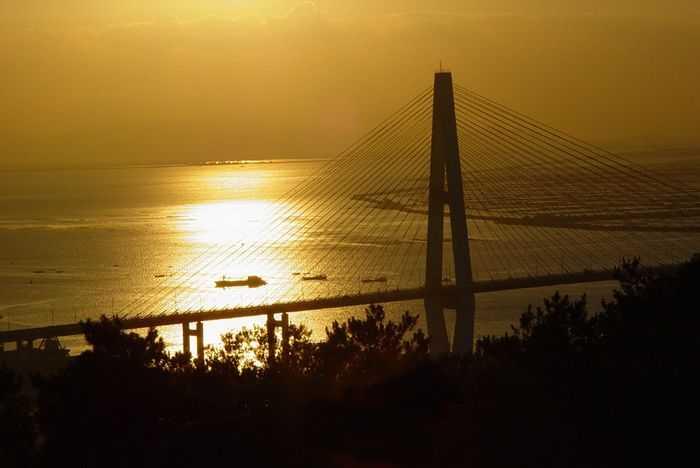 岩石大桥与位于出海口的海湾大桥遥相呼应,构成汕头市海滨环状的交通