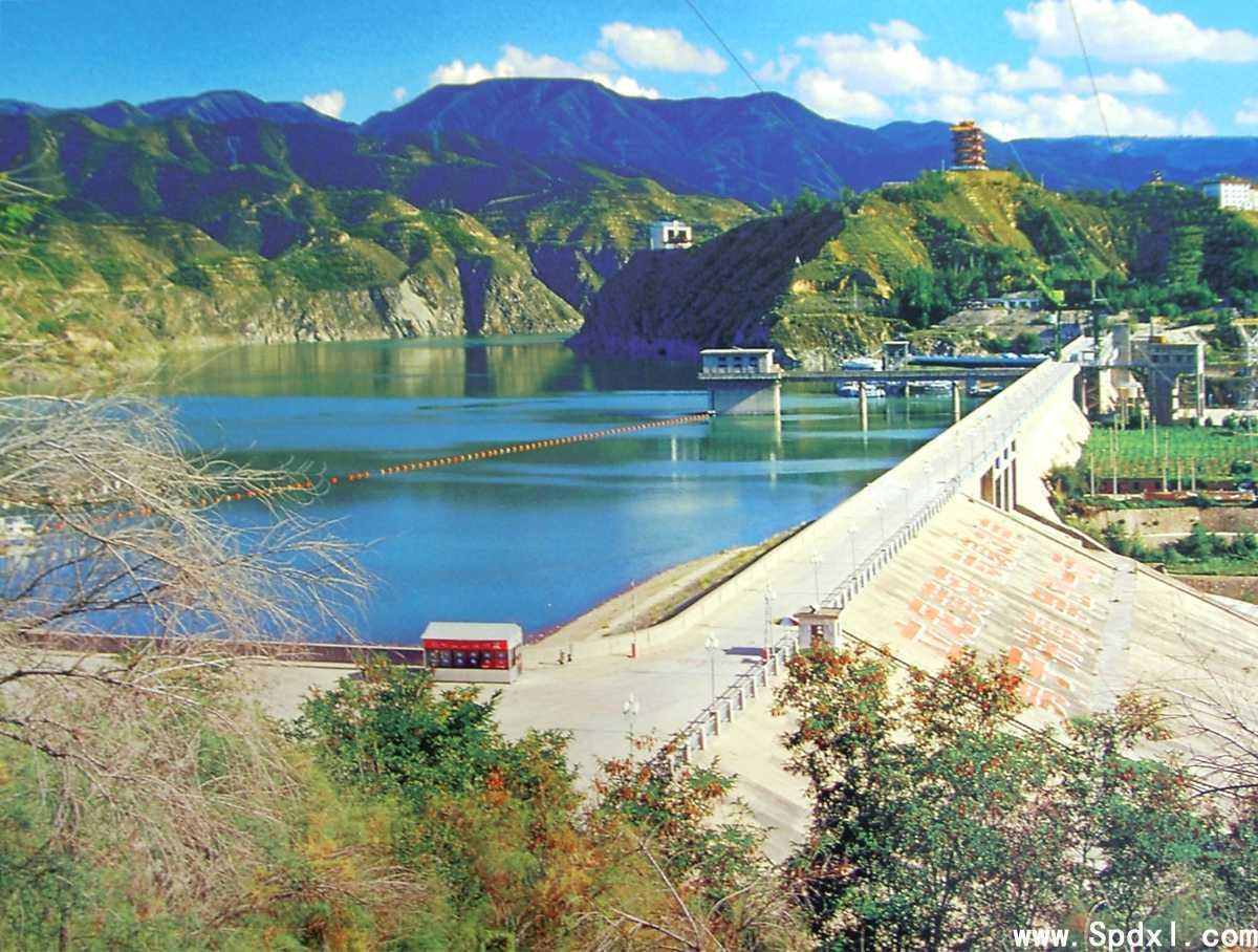 刘家峡位于甘肃省永靖县内祁连山脉的拉脊山,在庄浪河、湟水河、大夏河和洮河的汇合处。刘家峡水利枢纽工程是我国解放后治理黄河水害的第一期工程。水电站上游是一个蓄水量为57亿立方米的大水库,水库坝高147米,是一个经济价值很高的大型水库。它主要以发电为主,水电站的厂房在大坝下游,安装5台大型水轮发电机组,其中包括一台30万千瓦的双水内冷水轮发电机组,总功率为122.5万千瓦,年发电量为57亿千瓦时。这里的电能主要供陕西、甘肃和青海三省的电网,对西北电力供应起了决定性作用。除发电外,这一工程对于防止黄河洪水泛滥也