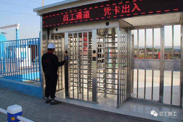 《工程项目现场标准化图册》要求,施工现场出入口处设置一个10米大门