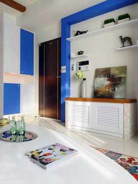 电视柜以木作贴皮加上马赛克来呈现,蓝白中用色彩丰富的元素作妆