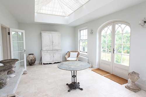 异形的吊顶很有特点,圆弧形窗户,使得光线更好的透射进房间里,空气
