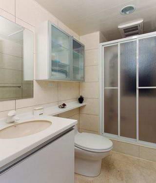 主采干湿分离设计的浴室,将洗手台面延伸到马桶上方位置作为置物